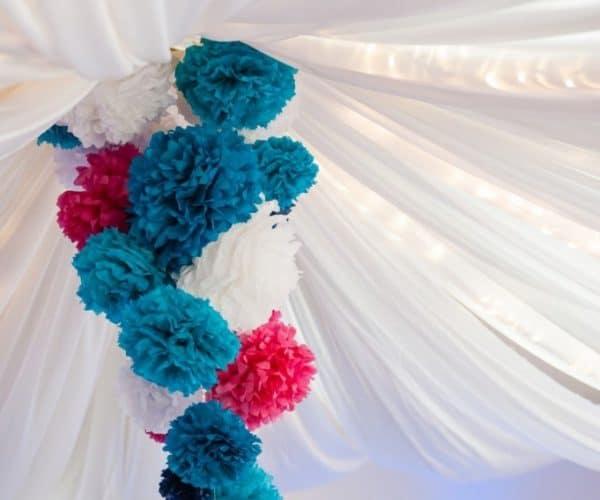 Hochzeitsdekoration für das Dorfgemeinschaftshaus